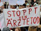 Nun sind sie doch nicht gestorben: Fachärzte protestieren im März in München gegen die Honorarreform (Foto)