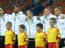 Nur Schweini singt: Sami Khedira, Jerome Boateng, Mesut Özil und Lukas Podolski schweigen (von links). (Foto)
