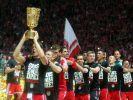 Oans, Zwoa, Drei: Den Titel-Hattrick feierten die Bayern-Spieler in Berlin mit einer Pokal-Polonäse. (Foto)
