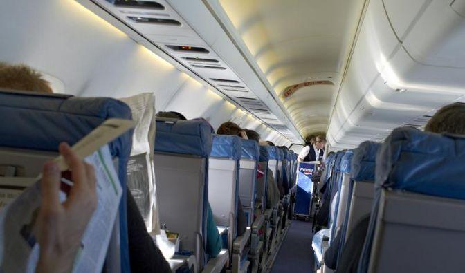 Ob routiniertes Zeitunglesen oder nervöses Warten auf den Start - für ein stressfreies Miteinander im Flugzeug sollte auf Mitreisende Rücksicht genommen werden. (Foto)