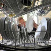 Öko-Spülprogramme und eine gute Auslastung machen Spülmaschinen sparsamer als das Abwaschen mit der Hand.