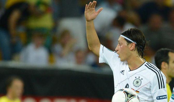 Özil wehrt sich gegen Hetze - Anzeige (Foto)
