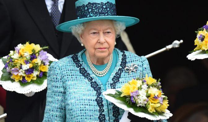 Ohne Hut geht sie nicht aus dem Haus: Queen Elizabeth II. am Gründonnerstag vor der St. George Chapel in Windsor.