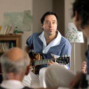 Hilfspfleger Rocco (Jan Josef Liefers) rockt das Altenheim.