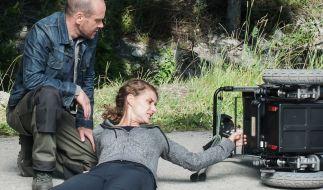 Olivia Weigert (Marie Rönnebeck, r.) möchte sich von Hannes Finke (Robert Kuchenbuch, l.) nicht helfen lassen. (Foto)