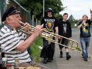Opa Willi spielt ein Begrüßungslied für die anreisenden Heavy-Metal-Fans. (Foto)