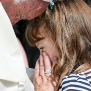 Kurz vor Erblindung: Papst Franziskus trifft schwer krankes Mädchen (Foto)