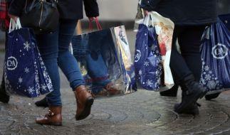 Passanten mit Taschen voller Weihnachtseinkäufe, unter anderem von C&A, in der Fußgängerzone von Köln. (Foto)