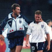 Paul Gascoigne (rechts) wird nach der Niederlage gegen Deutschland im Halbfinale der WM 1990 von Terry Butcher getröstet.