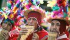 Bunt geschmückte Peruaner spielen am Samstag (15.09.2007) beim Karneval der Kulturen in der Hamburger Innenstadt auf Panflöten. An dem farbenprächtigen Fest beteiligen sich rund 80 Nationen.   Foto: dpa