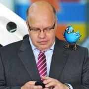 Twitter immer im Blick: Der neue Umweltminister Peter Altmaier mit seinem Smartphone.