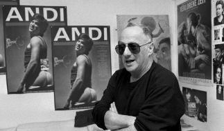 Peter Zadek vor den Plakaten des 1987 von ihm inszenierten Stückes «Andi». (Foto)