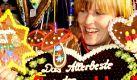 Ines Frenzel aus der Pulsnitzer Lebkuchenfabrik guckt zur Eröffnung des Pfefferkuchenmarktes im sächsischen Pulsnitz zwischen Pfefferkuchen hindurch. Die Pulsnitzer Bürger besitzen seit 1558 das Privileg, Pfefferkuchen backen zu dürfen, daher trägt Pulsnitz auch den Beinamen Pfefferkuchenstadt. Foto: ddp