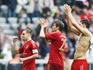 Philipp Lahm, Thomas Mueller und Mario Gomez (v.l.) bedanken sich nach dem Spiel beim Publikum. (Foto)