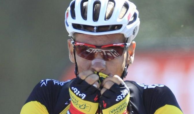 Philippe Gilbert of Belgium kisses his jersey as he crosses the finish line to win the first stage o (Foto)