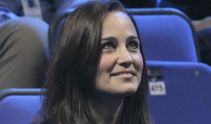 Pippa Middleton sister of Kate, Duchess of Cambridge, looks up as she watches the mens tennis double (Foto)