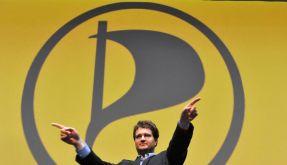 Piratenchef Sebastian Nerz vor dem Parteilogo - die Piraten segeln derzeit im Aufwind.   (Foto)