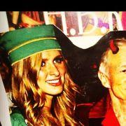 Playboy Hugh Hefner als Teufel. Paris Hilton und Schwester Nicki stehen drauf.