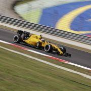 Plötzlich stand der Renault von Kevin Magnussen in Flammen. (Foto)
