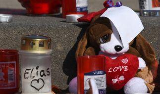 Plüschtiere und Kerzen zum Gedenken an den ermordeten Elias in der Nähe seines früheren Wohnortes in Potsdam (Brandenburg). (Foto)