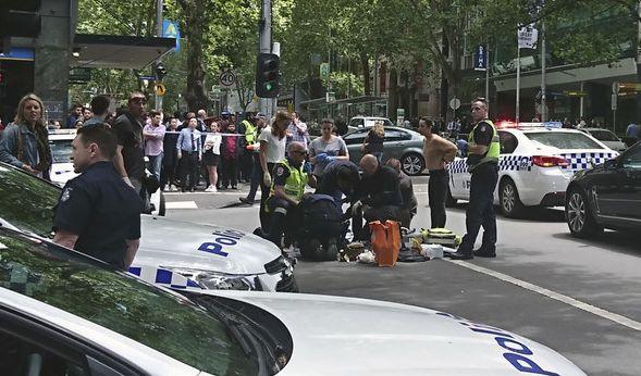 Polizei und Rettungskräfte im Einsatz nachdem am Freitag (20.01.2017) ein Mann in eine Menschenmenge gerast ist.