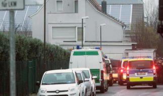 Polizeibeamte und Fahrzeuge vor einer weitläufig abgesperrten Flüchtlingsunterkunft bei Offenbach. (Foto)