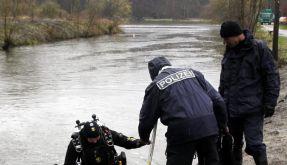 Polizeitaucher suchten am Mühlenteich in Neubrandenburg nach weiteren Leichenteilen. (Foto)