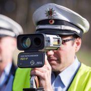 Polizist mit Laserpistole in Nordhrein-Westfalen: Im April 2016 startet der Blitz-Marathon 2016. (Foto)