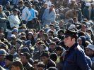 Polizist überwacht Flüchtlinge (Foto)