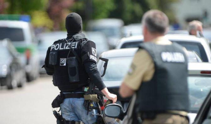 Polizisten suchen nach dem Amok-Alarm an der Schule in Memmingen nach dem Schüler. (Foto)