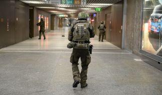 Polizisten in schwerer Einsatzmontur am Freitagabend in der Münchener U-Bahnstation Karlsplatz (Stachus). Meldungen über eine weitere Schießerei stellten sich hier jedoch als falsch heraus. (Foto)