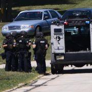 Polizisten auf dem Gelände des Sikh-Tempel in Oak Creek, Wisconsin.