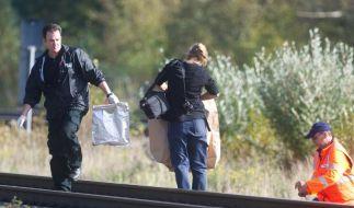 Polizisten sichern Beweismittel an einer Bahnstrecke.  (Foto)