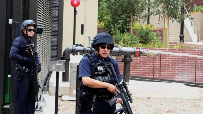 Polizisten sichern das Gelände der Universität. (Foto)