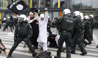 Polizisten fixieren in Solingen einen protestierenden Salafisten am Boden, nachdem dieser versucht h (Foto)