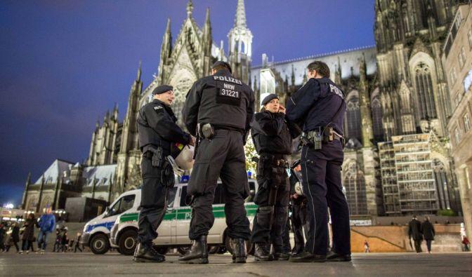 Polizisten stehen wenige Tage nach den sexuellen Übergriffen auf Frauen am Kölner Hauptbahnhof. (Foto)