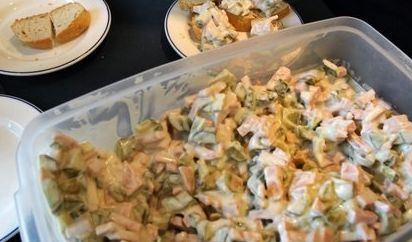 Popp Feinkost hat diverse Salate mit Paprika zurückgerufen. (Symbolbild) (Foto)