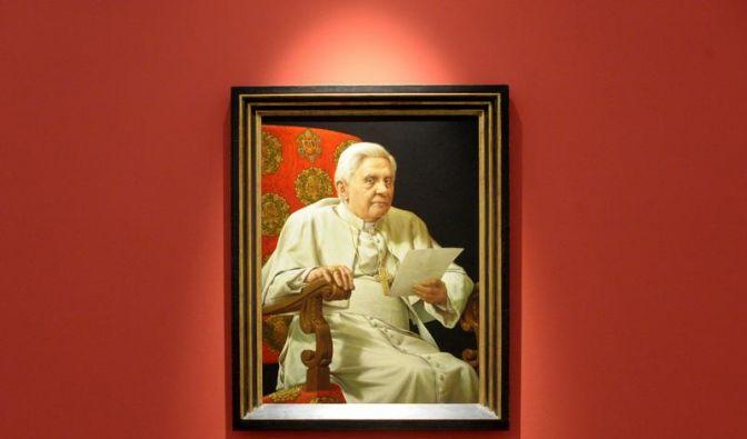 Porträt von Papst Benedikt im Museum (Foto)