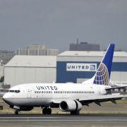 Flug überbucht! Passagier gewaltsam aus Flugzeug gezerrt (Foto)