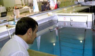 Präsident Ahmadinedschad bei einem Besuch im Atommeiler. (Foto)