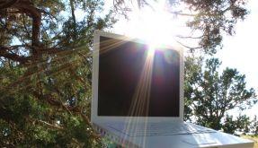 Pralle Sonne und empfindliche Geräte: Eine Kombination, die mit etwas Vorsicht funktioniert. (Foto)