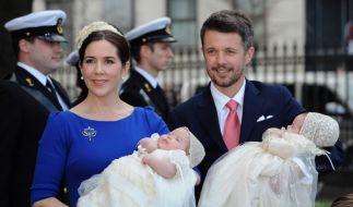 Prinz Frederik mit seinem Sohn Vincent-Fredrik-Minik-Alexander und Prinzessin Mary mit Josephine-Sof (Foto)