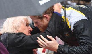 Prinz Harry umarmt bei seinem Besuch in Sydney die 97-jährige Daphne Dunne. (Foto)