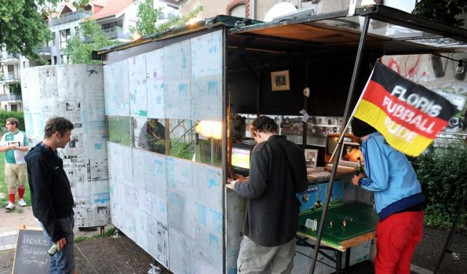 Privates Viewing in Floris Fußballbude (Foto)