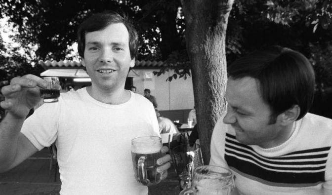 Prösterchen! Zwei Kollegen bei einem Betriebsfest in Eisleben 1985. (Foto)