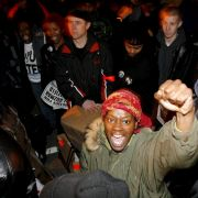 Weißer Polizist verklagt von ihm getöteten Farbigen auf Entschädigung (Foto)