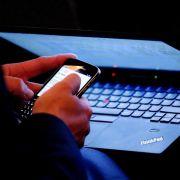 42 Prozent der Deutschen checken Arbeits-Mails auch nach Feierabend. (Foto)