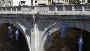 Puppen erinnern an Selbstmörder in Italien (Foto)