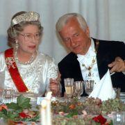 Nein, das ist nicht ihr Prinz: Aber für Richard von Weizsäcker gab's auch schon mal ein Staatsbankett im Buckingham Palace.