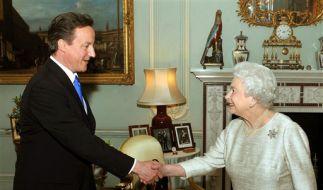 Queen Elizabeth II. empfängt Torie-Chef David Cameron im Buckingham Palace. (Foto)
